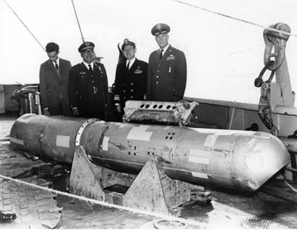 Η πυρηνική βόμβα B28RI, η οποία ανακτήθηκε από βάθος 870 μέτρων, στο κατάστρωμα του USS Petrel.